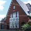 BP023  Hoofdstraat 222 -  'Rusthoff'  <br /> <br /> Deze villa uit 1924 van rode baksteen, in staand verband gemetseld, bestaat uit een gecompliceerde samenstelling van diverse bouwvolumes. <br /> De achterzijde is voorzien van een ondiepe aanbouw met een zadeldak. <br /> <br /> Meer informatie is te vinden in 'Monumenten in Sassenheim', een uitgave van de Stichting Oud Sassenheim.