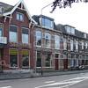 BP034  Hoofdstraat 160 t/m 168<br /> <br /> Het opvallendste pand van deze rij is het huis 'Zonnehof' op nr. 166, gebouwd in 1909. De huizen met de nummers 160, 162 en 164 dateren van 1908/ 1909 en zijn gebouwd door aannemer J.P. Oudshoorn. 'Zonnehof' is een statig pand in rode baksteen in kruisverband met een voorpui in twee delen.<br /> <br /> Meer informatie is te vinden in 'Monumenten in Sassenheim', een uitgave van de Stichting Oud Sassenheim.