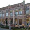 BP037  Julianalaan 5 t/m 15<br /> <br /> Deze woningen dateren uit 1911 en zijn ontworpen door aannemer J.P. Oudshoorn. Het geheel is opgetrokken uit rode baksteen in kruisverband (een laag met kopse stenen en daarop een laag strekken). De zes woonhuizen zijn symmetrisch georganiseerd, wat het geheel een evenwichtige vorm geeft. <br /> <br /> Meer informatie is te vinden in 'Monumenten in Sassenheim', een uitgave van de Stichting Oud Sassenheim.