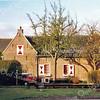 BP032  Hoofdstraat 102 <br /> <br /> Dit pand is een klein woonhuis uit 1839. Het bestaat uit drie bouwvolumes, waarvan de twee buitenste delen met de kopse kant naar het toegangspad liggen, het derde volume ligt ertussenin. Het heeft een H-vormige plattegrond. Het huis is opgebouwd uit rode baksteen en gemetseld in halfsteens verband. <br /> <br /> Meer informatie is te vinden in 'Monumenten in Sassenheim', een uitgave van de Stichting Oud Sassenheim.