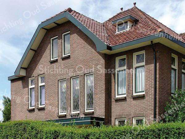 BP001  Teylingerlaan  11 <br /> <br /> 'Willem's Hoeve' heeft geglazuurde dakpannen en twee pirons.<br /> <br /> Meer informatie is te vinden in 'Monumenten in Sassenheim', een uitgave van de Stichting Oud Sassenheim