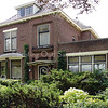 BP004  Teylingerlaan 17<br /> <br /> Een groot, breed huis met een aangebouwde praktijkruimte. Er is een fraaie deurpartij en een bolle, zinken dakdekking op de erker te zien.<br /> In dit pand had dokter W. J. de Graaff jarenlang zijn huisartsenpraktijk.<br /> <br /> Meer informatie is te vinden in 'Monumenten in Sassenheim', een uitgave van de Stichting Oud Sassenheim