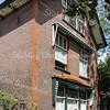 BP026  Hoofdstraat 145  - villa 'Via Recta'   <br /> <br /> Dit pand uit 1904 bestaat uit drie bouwvo-lumes, waarvan het middendeel bestaat uit de begane grond en twee verdiepingen. Het pand is opgetrokken uit rode baksteen in kruisverband. Op de begane grond is aan de voorzijde één groot venster te zien met een toogvormige ontlastingsboog als versierend element.<br /> <br /> Meer informatie is te vinden in 'Monumenten in Sassenheim', een uitgave van de Stichting Oud Sassenheim.