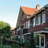 BP058  Julianalaan 19 t/m 43 <br /> <br /> Toen na 1921 de Julianalaan werd doorgetrokken en geplaveid, werden daar in 1938 moderne woningen gebouwd die beïnvloed waren door de Amsterdamse School.<br /> De straatwand bestaat uit drie bouwblokken; het eerste blok omvat vijf woningen en de twee andere blokken elk vier woningen. <br /> <br /> Meer informatie is te vinden in 'Monumenten in Sassenheim', een uitgave van de Stichting Oud Sassenheim.