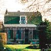 BP033  Hoofdstraat 104 <br /> <br /> Dit pand ligt iets verder van de Hoofdstraat af. Het dateert uit 1902 en is opgebouwd met rode baksteen en hardstenen onderdelen. Het huis is gebouwd door aannemer J.P. Oudshoorn.<br /> <br /> Meer informatie is te vinden in 'Monumenten in Sassenheim', een uitgave van de Stichting Oud Sassenheim.