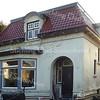 BP035  Julianalaan 3<br /> <br /> Dit pandje aan de Julianalaan is het voormalige chauffeurshuis, dat gebouwd werd achter de villa 'Anna Margaretha' aan de Hoofdstraat 153 in opdracht van de bewoner, de heer Speelman. Het verzoek om dit pand te mogen bouwen dateert uit 1930 en werd tegelijk met een kantoorgebouw, een garage voor de berging van 'de automobiel' en een schuur aan de achterzijde van zijn huis gedaan. <br /> <br /> Meer informatie is te vinden in 'Monumenten in Sassenheim', een uitgave van de Stichting Oud Sassenheim.