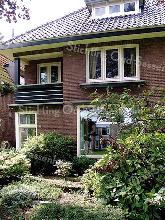 BP006  Teylingerlaan 23 en 25<br /> <br /> Het dubbele pand, nummers 23 en 25, is aan het eind van de jaren twintig door aannemer J.P. Oudshoorn gebouwd.  Rechts lag toen een strookje grasland. Op die plek werd het begin van de Westerstraat aangelegd.<br /> <br /> Meer informatie is te vinden in 'Monumenten in Sassenheim', een uitgave van de Stichting Oud Sassenheim