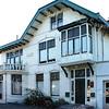 BP027  Hoofdstraat 133  - villa 'Panama'<br /> <br /> Dit woonhuis in art nouveau stijl is omstreeks 1900 gebouwd voor W. Warnaar. Het is van baksteen in kruisverband gemetseld en wit gesausd. Het is wel duidelijk dat het huis in hetzelfde schema is opgebouwd als de naastliggende villa's voor de bloembollenhandelaren: één deel van drie etages, dan een deel van twee etages met een serre.  Alleen is hier de serre naar de voorkant gebouwd. <br /> <br /> Meer informatie is te vinden in 'Monumenten in Sassenheim', een uitgave van de Stichting Oud Sassenheim.