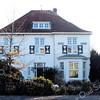 BP031  Hoofdstraat 80 - 'Huize Sassem' <br /> <br /> Dit woonhuis is gebouwd in 1921 in de zogenaamde 'landhuisstijl'. In 1941 werd het verbouwd en kreeg het huis zijn tegenwoordige aanzicht. De bakstenen in halfsteens verband gemetseld, zijn wit geschilderd. Ook hier is een driedeling te herkennen. <br /> <br /> Meer informatie is te vinden in 'Monumenten in Sassenheim', een uitgave van de Stichting Oud Sassenheim.
