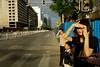 Groupe de piétons attendant le passage au rouge d'un feu tricolore pour traverser une rue du centre-ville de Pékin/Beijing/Chine