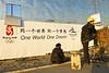 Ouvriers devant une palissade bordant le chantier du grand stade de Pékin en construction pour les jeux olympiques de 2008. Beijing/Chine