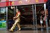 Un homme déguisé en chevalier faisant des allers et venues à l'entrée du supermarché dont il est l'animateur, rue Wangfujing, à Pékin. Beijing/Chine