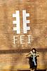 """Jeune modèle sautant d'un muret à l'entrée de la galerie """"Fei Space"""" dans le quartier d'artistes """"798"""" de Dashanzi (banlieue de Pékin). Beijing/Chine"""