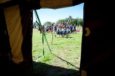 Woodscout - Scouts et Guides belges à travers la porte d'un grand chapiteau