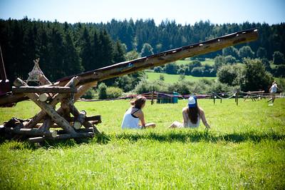 Woodscout - Deux guides belges patientant sous une balançoire du Woodcraft