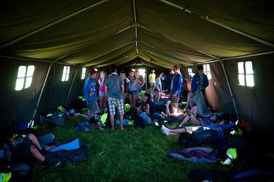 Woodscout - Des scouts et guides belges s'installent dans une grande tente