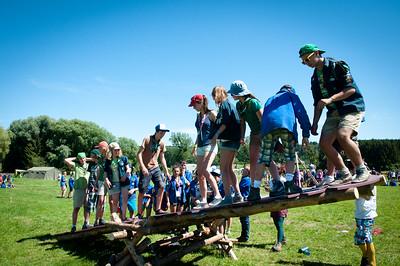 Woodscout - Pendant l'après-midi, des Scouts et Guides belges essaient la balançoire du Woodcraft