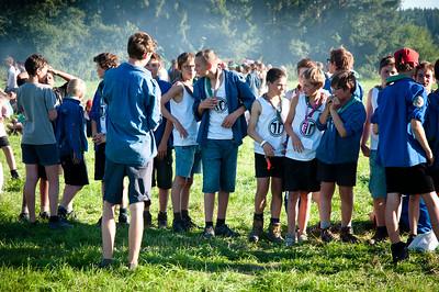 Woodscout - En fin d'après-midi, des scouts belges dans la fumée des pains-saucisses