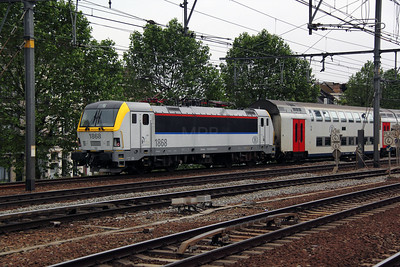 1868 (91 88 0180 680-6 B-B) at Antwerp Berchem on 11th June 2012 working IC4517