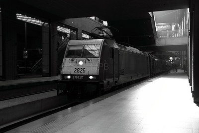 2825 at Antwerp Central on 14th November 2011