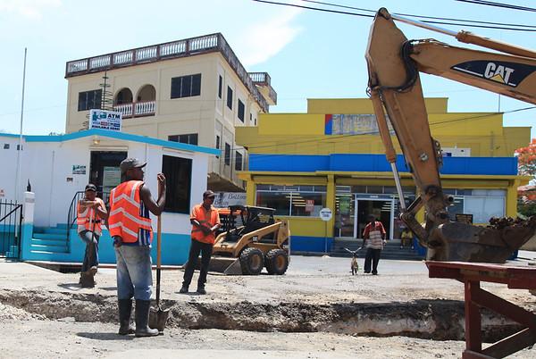 W Belize pracuje sie podobnie jak u nas w dole jeden macha Å'opatÄ… - reszta daje rady