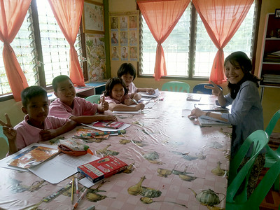 Working on penpal letters with Fifth and sixth grade students at Pah Tdao Pattana School  Left to right: Oat, Tderi, New, Cream, p'Ben  Photo by Panisara Techanan