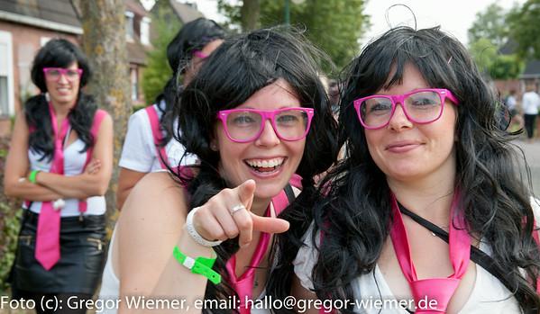 Besenwerfen 2014 beim Siedlerfest in Cäciliengroden