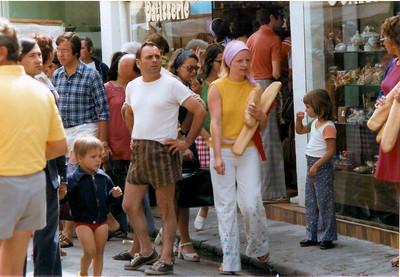 """Au courses dans la """"grande rue"""" de Noirmoutier-en-l'ile"""