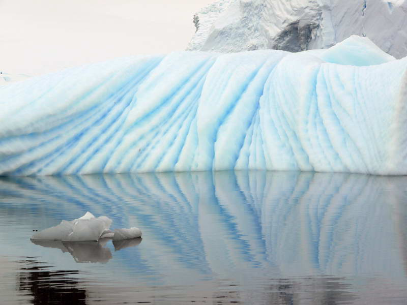 Perfectly symetric iceberg reflection in the Crystal Sound, Antarctic peninsula