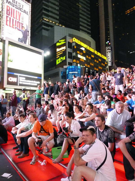All & sundry wait (for what?) at midnight in Times Square, New York City