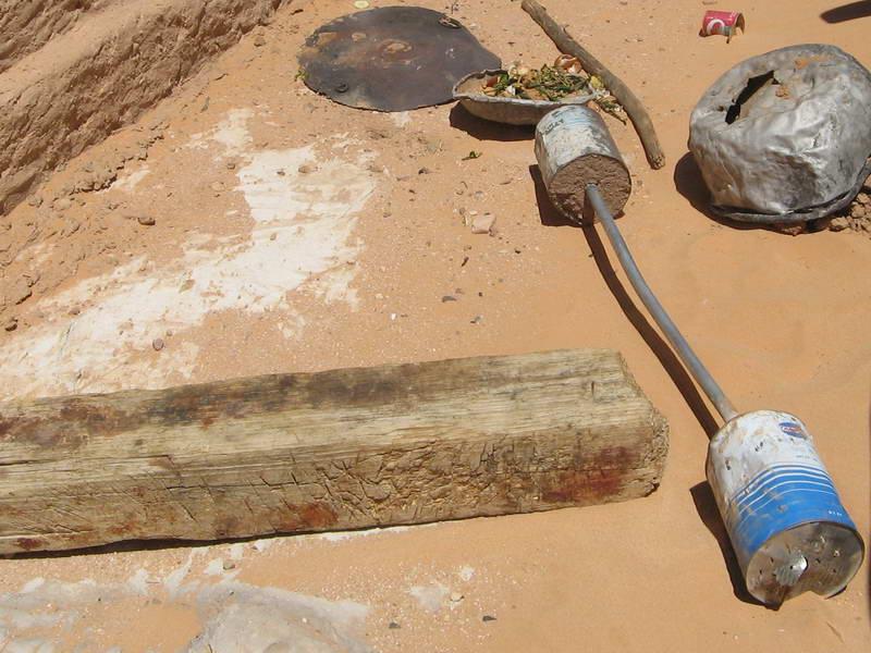 Amateur weight lifting equipment on the Algeria/Niger desert border