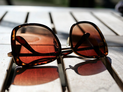 Sunlight on summer sunglasses kept on the table