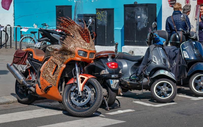 La moto veut jouer cow-boys contre Indiens   a Native American motorbike :-)