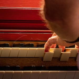 Josef joue de l'orgue   Josef playing the organ