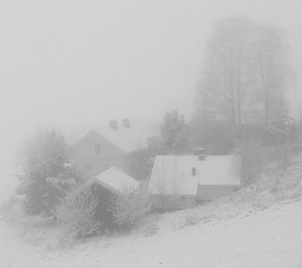 Hus i snø og tåke Reistad, Lier 20.1.2002