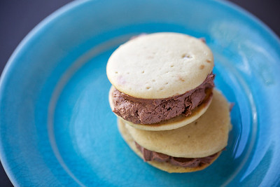 Snickers whoopie pie: peanut cakes filled with salted caramel and chocolate frosting
