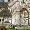 De huidige kerk werd in natuursteen in 1924-1925 heropgebouwd nadat de oorspronkelijke éénbeukige kerk in 1914 afbrandde. Bij deze brand bleef enkel de westertoren uit 1653 gespaard. De kerk bij de wederopbouw gebouwd als een driebeukig bedehuis met transept, koor en de oude westertoren. De moderne glasramen van 1948 zijn creaties van Lou Asperslag. Aan de koorzijde vindt men arduinen grafstenen terug uit de 17e tot 19e eeuw.