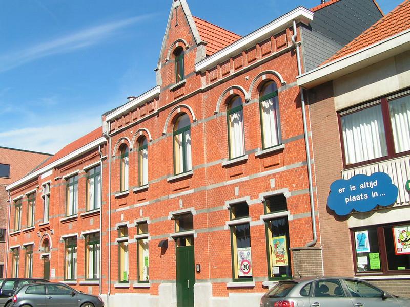 vervolg..... In de zomer van 2004 zijn de renovatiewerken in de Negensprong in de Jean Deschampsstraat begonnen. De kleuterschool en het klooster, die allebei dringend aan vernieuwing toe waren, moesten opnieuw een geheel vormen met de nieuwere basisschool. De klasjes van de kleuterschool werden volledig vernieuwd. Het klooster werd afgebroken, alleen de beschermde gevel bleef bestaan. In het klooster zijn nu een polyvalente zaal, een refter en enkele burelen.