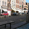 """""""De Ijzeren Leen"""" In vroegere tijden bestond alleen de Steenweg, een aloude verhoogde en gekasseide baan die de Grootbrug en de huidige Steenweg verbond, en tevens een deel was van de Heirbaan Bavay-Asse-Breda-Utrecht. Aan deze Steenweg werd, begin 13e eeuw, een Vliet gegraven die de Dijle verbond met de Koolvliet. Op de Oostelijke oever van deze Vliet werd een Vismarkt gehouden."""