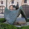 """""""Opsinjoorke"""" Opsinjoorke is een kort dik mannetje met een snor. Hij symboliseert de eeuwige dronkenlap die zijn vrouw afranselt. Als straf wordt hij door zijn buren op een grote doek in de lucht gegooid en weer opgevangen. Traditiegetrouw neemt Mechelen jaarlijks een houten pop die Opsinjoorke voorstelt mee tijdens grote praalstoeten en ommegangen. Men draagt hem op een grote lijnwaden doek en smijt hem hiermee in de lucht. Op dezelfde wijze vangt men hem ook weer op."""
