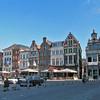 Het huis uiterst rechts, oude gevel:  'DE KONING VAN SCHOTLAND' Grote Markt 17<br /> Het hoekhuis met barokke halsgevel is opgetrokken in 1680 en aangepast in de 19de en 20ste eeuw. De vensters op de bovenverdieping dateren van 1837. De boogvelden eronder zijn gevuld met rijkelijk gesculpteerde cartouches. In 1686 woonde hier Jan Nicolay, zoon van ridder Evrard Nicolay, 5de president van de Grote Raad.<br /> Ongeveer in het midden, het huis: 'DE KAT' Grote markt 13<br /> Huis 'De Kat' is in 1661 gebouwd in opdracht van apotheker Augustijn van Orsagen. Het parament van natuursteen en arduin voor het lijstwerk dateert van een grondige restauratie uit 1905. De reliëfs in de verdiepte boogvelden onderaan stellen aan de buitenzijden de genezing van de blinden en de tien melaatsen voor, met in het midden een cartouche met opschrift 'ars longa, vita brevis 1661'.