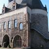 """Langs de achterzijde, eens iets anders: """" De Brusselpoort""""<br /> Dit is de enige van de 12 Mechelse stadspoorten die nog bestaat. Ze dateert uit de 13e eeuw toen tussen in de periode 1264-1268 een nieuwe stadsomwalling werd aangelegd."""