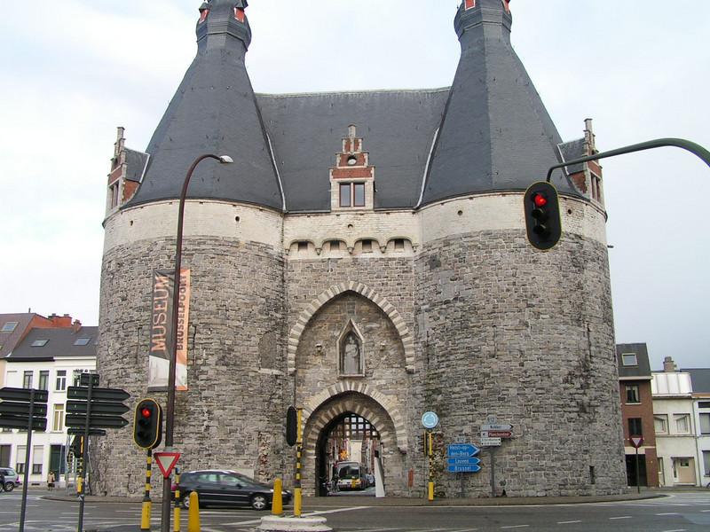 De Brusselpoort in Mechelen is de enige Stadspoort die overblijft van de oorspronkelijke Twaalf Poorten. Dit bouwwerk dateert uit de 13e eeuw en haar huidige uitzicht verkreeg ze tijdens de 16e eeuw.