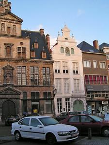 """""""De oude klokkengieterij"""" (wit gebouw) De Mechelse klokkengieterij bevindt zich aan de Korenmarkt."""