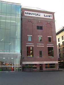 """""""Brouwerij Lamot"""" De 23 personeelsleden van de Brouwerij Lamot in Mechelen hieven op 22 december 1994 samen met Brouwmeester Emiel Philips en Explotatiedirekteur Kris De Craene het laatste glas. Daarmee rondden zij een brok Bierbrouwersgeschiedenis af, die in Mechelen 367 jaar heeft geduurd."""