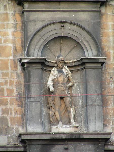 Detail gevel. In 1561 werd het pand aangekocht door wijnhandelaar Claude Ruts die de mooie huistoren oprichtte. In 1604 werd het pand 'het gildehuis van de kruisboogschutters', die de voorgevel vernieuwden. Het pand werd in de loop van de 20ste eeuw verschillende keren gerestaureerd, en in 1977 werd het beschermd als monument.