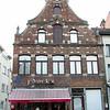 """""""De Witte Gekroonde Leeuw"""" In De Hoogstraat. Deze straat gaf toegang tot de oude weg naar Zemst en de Hombeekse Steenweg en, vanaf 1698, tot de toenmalige Brusselsesteenweg. Vroeger werd deze straat de Overste Strate genoemd en vanaf de 15e eeuw de Hoogstraat."""