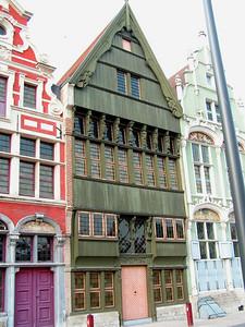 """""""De Verloren Zoon"""" of huis """"De Drie Duiveltjes"""" ik denk dat men zelfs zegt: """"De Bokkenrijders"""" Prachtige 16e-eeuwse Kunstgevel. Een van de mooiste voorbeelden van Gotische Houtconstructies met Vroeg-Renaissance Inslag."""