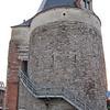De Nieuwe Brusselsepoort bestaat uit twee torens en staat midden op een Kruispunt. De bakstenen aanzet van de stadwallen, is duidelijk te zien aan de zijkant van de poort. Er is momenteel een Stadsmuseum in gevestigd.