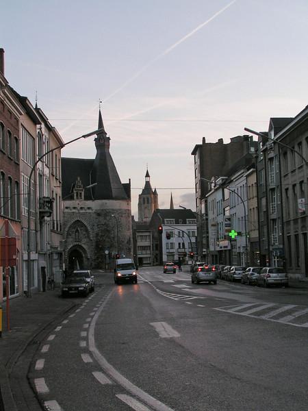 Van aan 'De Vaart' een zicht op 'De Brusselsepoort' met op de achtergrond 'De O.L.V. kerk'